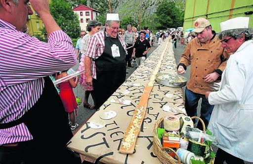 Confeccionando la mayor tosta de quesos del mundo